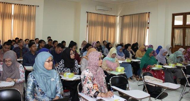Kaprodi S2 Farmasi Dr. Laela Hayu Nurani, M.Si., Apt. dan Dekan Farmasi Dr. Dyah Aryani Perwitasari, Ph.D., Apt. beserta para peserta kuliah perdana.