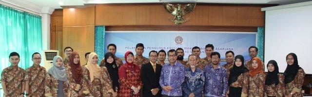 Pengurus Asosiasi Mahasiswa Pascasarjana UAD 2015-2016 bersama Rektor, Wakil Rektor III, Direktur, dan Kaprodi.