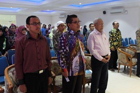 Rektor didampingi Prof. Suyata, Ph.D. (Kaprodi S2 MP) dan Imam Ahmad Amin saat menyanyikan Lagu Indonesia Raya dan Mars UAD.