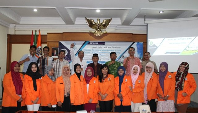 Delegasi International Joint Seminar foto bersama Direktur Pascasarjana UAD dan Wakil Rektor III.