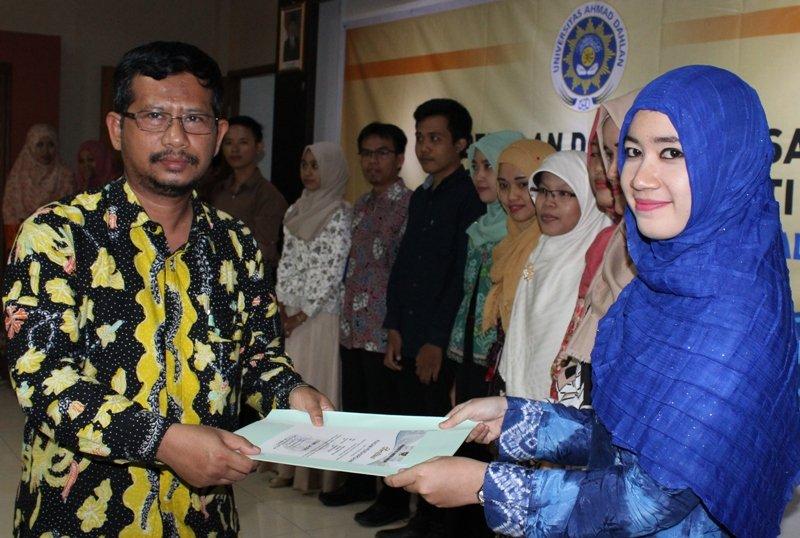 Anna Khumaira Sari saat menerima piagam cum laude tertinggi dari Wakil Rektor III UAD Dr. Abdul Fadlil, M.T. (Foto:dans)