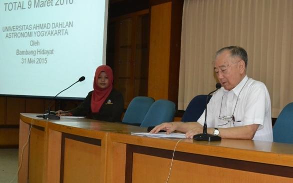 Foto 1: Prof. Bambang Hidayat saat menyampaikan materi.