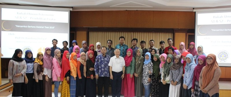 Foto 2: Foto Bersama: Para peserta seminar foto bersama dengan Prof. Bambang Hidayat (IPB), Kaprodi S2 Pendidikan Fisika Dr. Moch. Toifur, Kepala PASTRON Yudhiakto Pramudya, Ph.D.