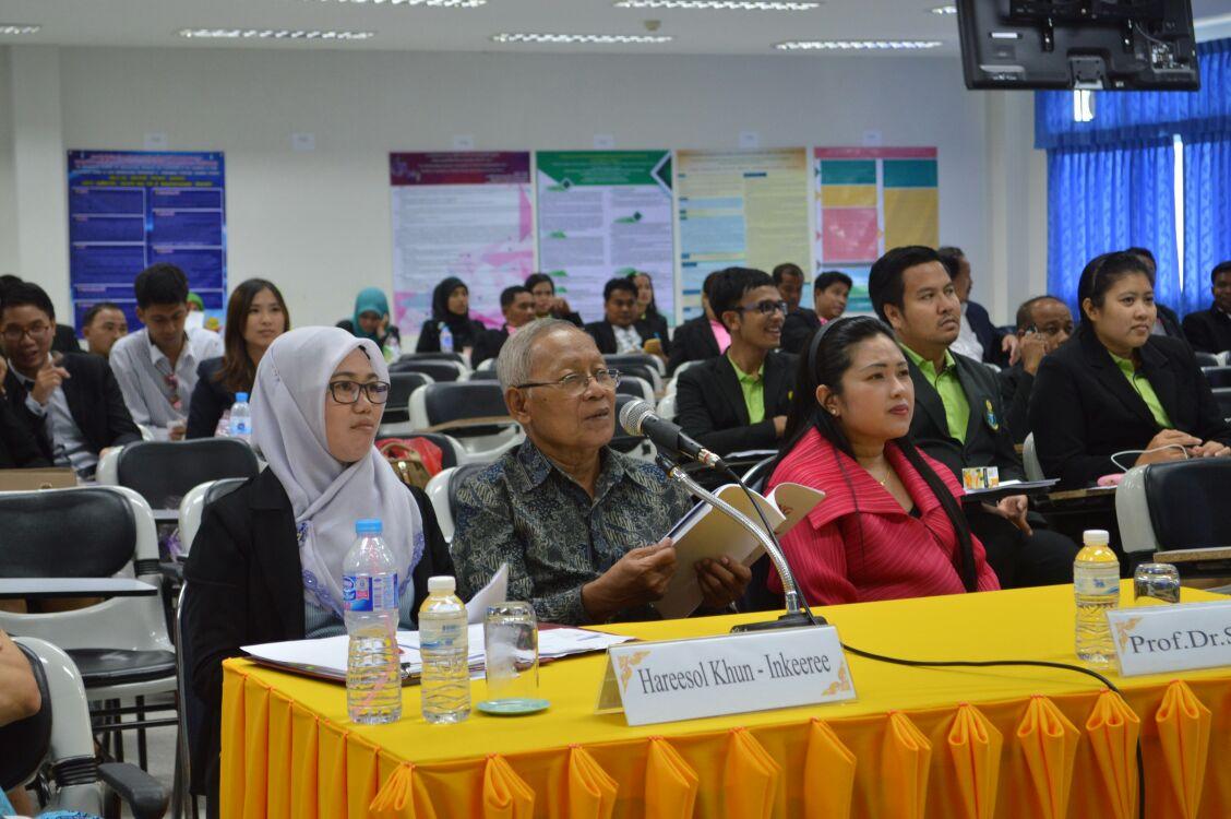 Prof. Suyata, Ph.D. dari Pascasarjana UAD sedang menyampaikan pertanyaan kepada Pemateri.
