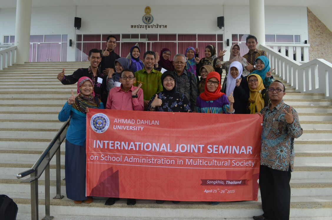 Romongan Pascasrjana UAD Foto Bersama di depan Ruang Seminar Internasional