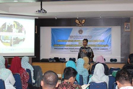 Pembicara sedang menyampaikan materi di acara workshop bagi guru matematika