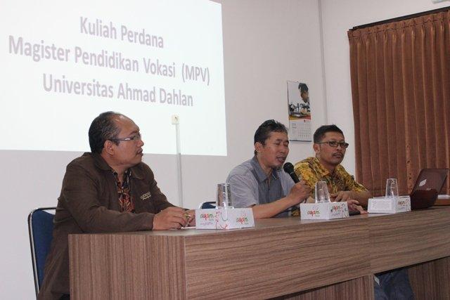 Dr. Dwi Sulisworo saat menyampaikan sambutan dan pembekalan bagi mahasiswa baru MPV UAD dalam program Orintasi dan Kuliah Perdana, didampingi Kaprodi MPV Dr. Jumintono, M.Pd. dan Danang Sukantar sebagai moderator.