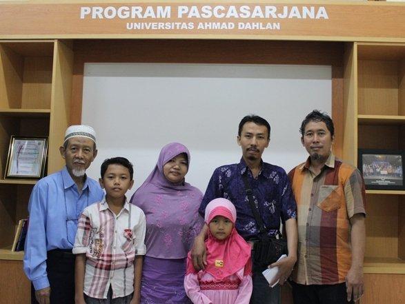Bigar Rahasia Siswa (baju batik) dan keluarga bersama Direktur dan Wadir PPs UAD