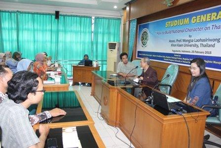 Direktur Pascasarjana UAD Prof. Dr. Achmad Mursyidi, M.Sc., Apt saat menyampaikan pengantar.