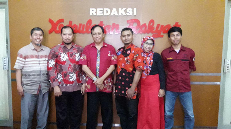 Panitia SPFA 2016 foto bersama dengan Pimpinan Redaksi Kedaulatan Rakyat Drs. Octo Lampito sebagai salah satu media partner. Dari kiri ke kanan: Dr. Dwi Sulisworo (pengarah), Dr. Muh. Toifur (Ketua), Drs. Octo Lampito, Yudhiakto Pramudya, Ph.D., Dewi Parwanti (bendahara), dan Muhammad Firdaus (Ketua Panitia Mahasiswa Magister)