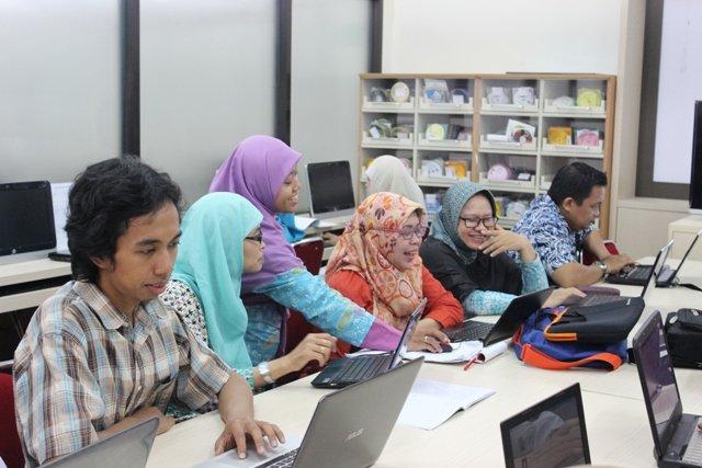 Zulfa Erlin M., S.IP. sedang memandu peserta pada pelatihan literasi di Ruang Literasi Kampus 3 UAD.