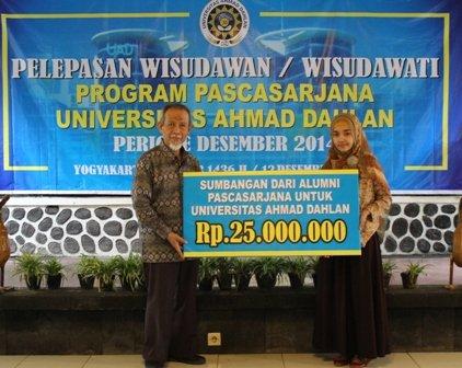 penyerahan sumbangan dari alumni