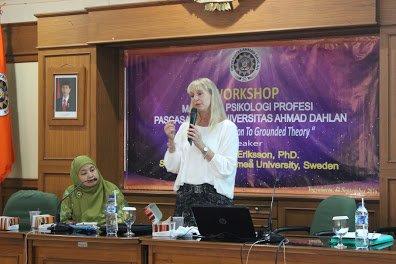Prof. Malin Eriksson saat menyampaikan materi Grounded Theory didampingi Dr. Elli Nurhayati, M.Si., Psikolog sebagai moderator.