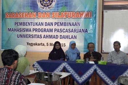 Prof. Dr. Achmad Mursyidi, M.Sc., Apt. (Direktur PPs UAD) menyampaikan sambutan pada acara Sarasehan dan Silaturahmi Pembentukan HIMA PPs UAD 2015/2016 didampingi Dr. Dwi Sulisworo (samping kanan), Dr. Laela Hayu, dan Dr. Siti Urbayatun.
