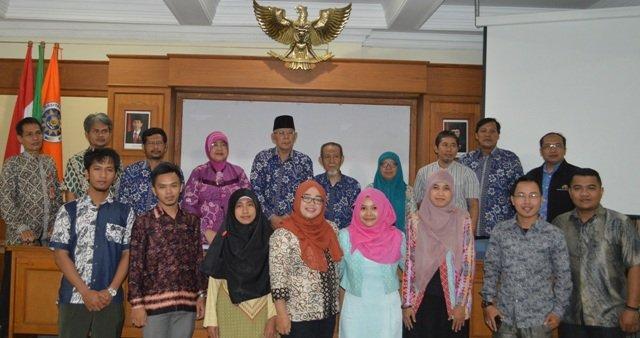 Delegasi Pascasarjana UAD foto bersama dengan Pimpinan UAD dan Pimpinan Program Pascasarjana (foto:kui)