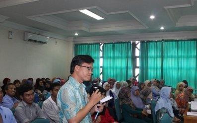Salah satu peserta menyampaikan pertanyaan pada saat sessi tanya jawab.