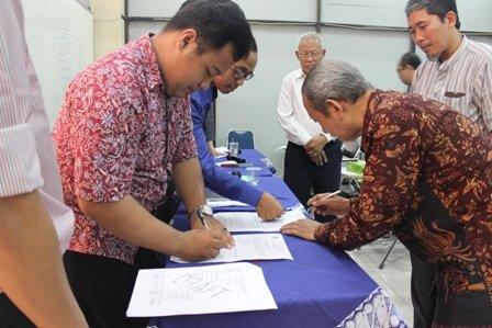 Penandatanganan Berita Acara Pemilihan dan Pengesahan Pengurus Harian Hima PPs UAD 2015/2016 oleh Direktur PPs UAD