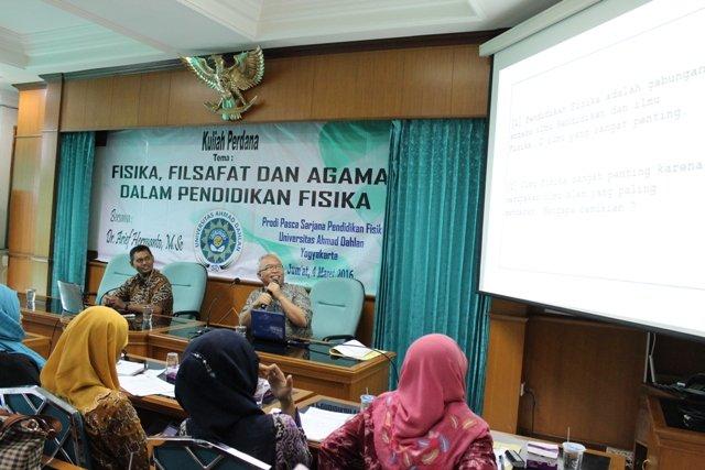 Dr. Arief Hermanto, M.Si. saat menyampaikan materi didampingi moderator Yudhiakto Pramudya, Ph.D. (foto:dans)
