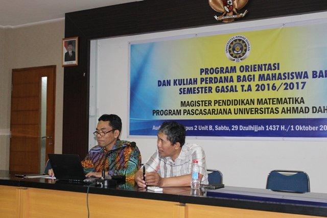 Dr. Suparman, DEA. didampingi Dr. Dwi Sulisworo saat menyampaikan materi kuliah perdana.