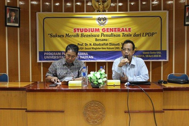Prof. Dr. Khudzaifah Dimyati saat menyampaikan materi Sukses Meraih Beasiswa Tesis dari LPDP di Islamic Center UAD didampingi Dr. Ir. Dwi Sulisworo sebagai moderator (30/4/2016).