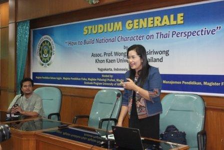 Prof. Dr. Wongsa Laohasiriwong menyampaikan materi didamping R. Muhammad Ali, M.A., sebagai moderator.
