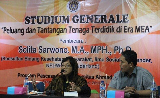 Solita Sarwono, M.A., MPH., Ph.D. saat menyampaikan materi pada Studium Generale di PPs UAD diampingi oleh Dr. Dwi Sulisworo (Moderator)