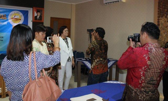 Wawancara wartawan media dengan pemateri seminar internasional Dr. Esterlla Arroyo