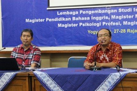 Dr. Dwi Sulisworo (kiri) saat menyampaikan Materi Program Pemberdayaan Umat dengan Moderator Danang Sukantar.