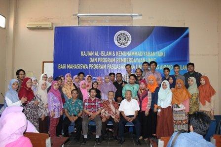 Kelas Prodi Magister Fisika foto bersama Direktur, Wakil Direktur, dan Kaprodi